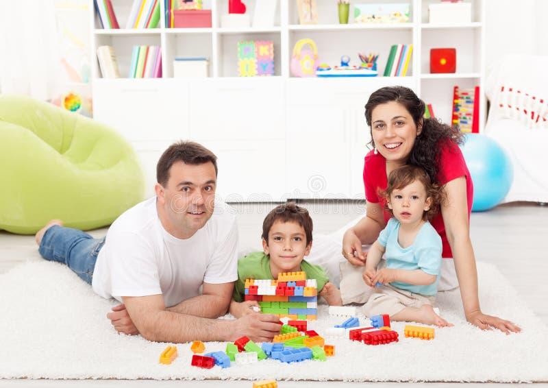 Tempo da família - pais novos com jogo de dois miúdos fotos de stock