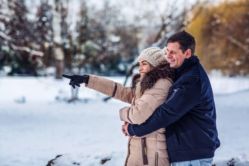 Tempo da família - par de amor que abraça e que aprecia fora no bea foto de stock