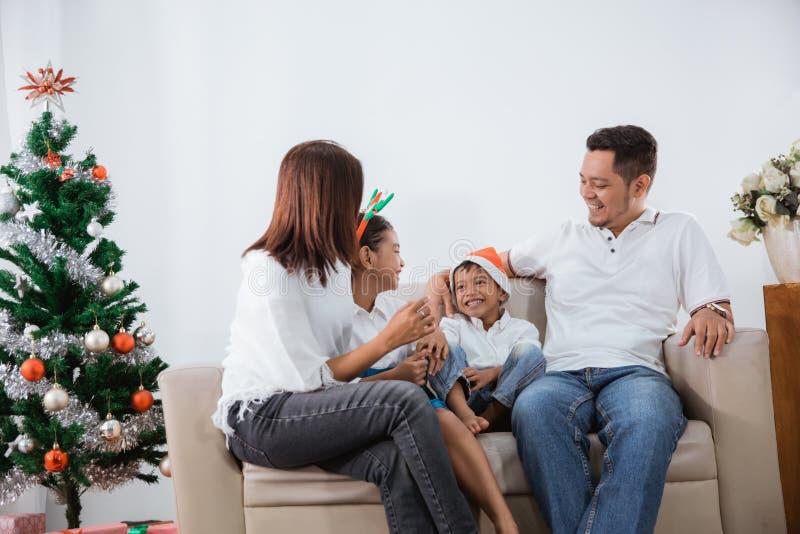 Tempo da família que fala entre si e para fazer um gracejo fotografia de stock royalty free