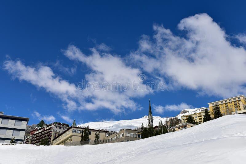Tempo da neve com o céu azul em St Moritz foto de stock