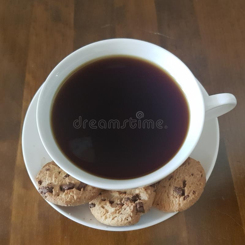 Tempo da qualidade das cookies do café preto e dos pedaços de chocolate fotografia de stock royalty free