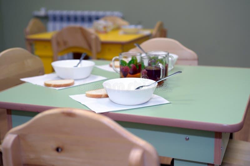 Tempo da refeição no jardim de infância fotografia de stock