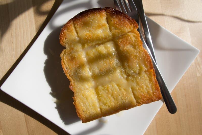 Tempo da ruptura do café da manhã ou de café, cobertura do pão do brinde com manteiga, fotografia de stock