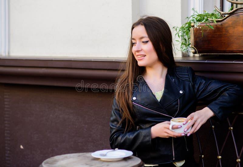 Tempo de caf? da manh? a menina relaxa no caf? Almo?o de neg?cio ver?o Apenas relaxando Encontro no caf? Menina feliz Mulher ? mo imagens de stock royalty free