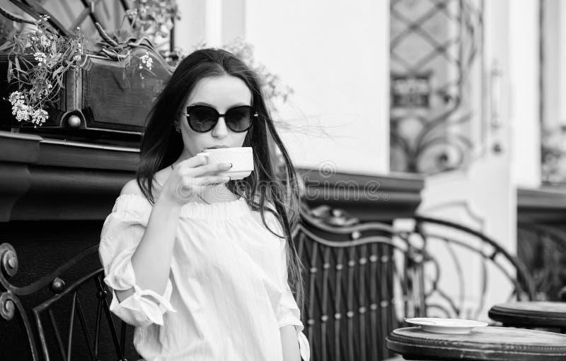 Tempo de caf? da manh? no caf? A menina aprecia o caf? da manh? Caf? da bebida da mulher fora Momento inspirador calmo a menina r imagem de stock royalty free