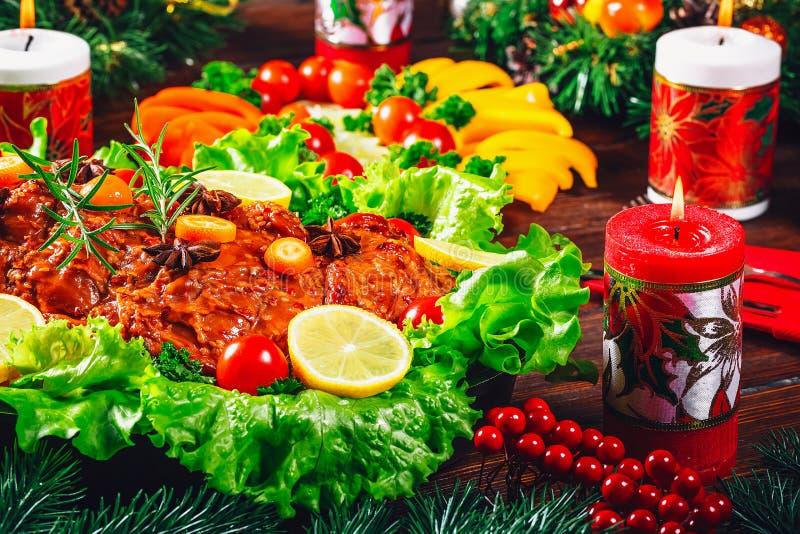 Tempo de jantar da tabela do Natal com carnes, velas e o décor roasted do ano novo Dia da ação de graças do fundo imagens de stock