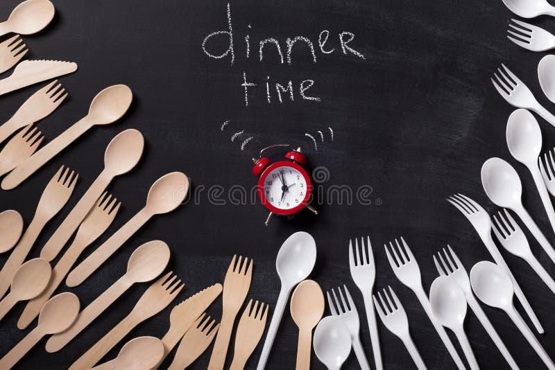 Tempo de jantar escrito no quadro-negro com giz foto de stock