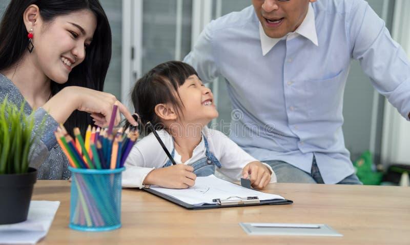 Tempo de lazer da família da felicidade na sala de visitas na unidade do feriado Família asiática que tem o bom tempo em casa  imagens de stock royalty free