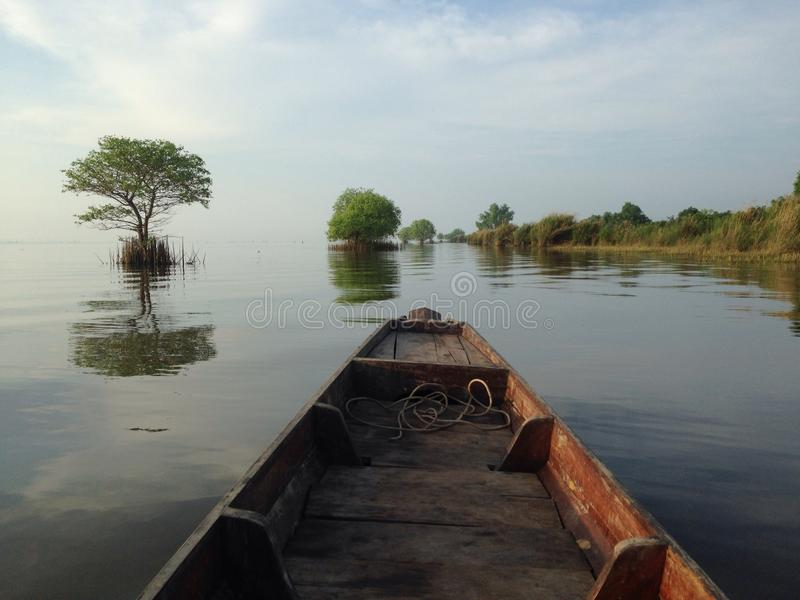 tempo de manhã no lago Songkhla foto de stock royalty free