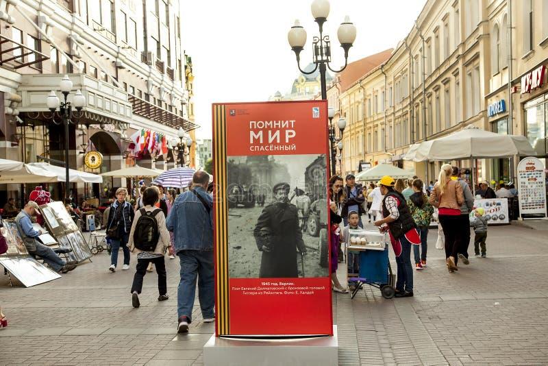 Tempo de paz a grande rua patriótica Arb velho do gelado da menina da guerra imagem de stock royalty free