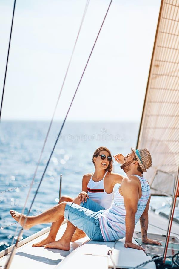 Tempo de sorriso da despesa dos pares junto e relaxando no iate fotografia de stock