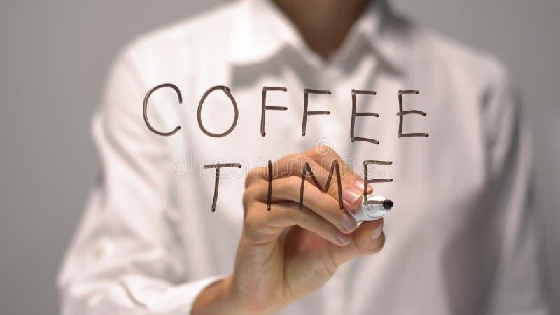 Tempo del caffè di scrittura della donna sullo schermo trasparente La donna di affari scrive a bordo fotografia stock libera da diritti