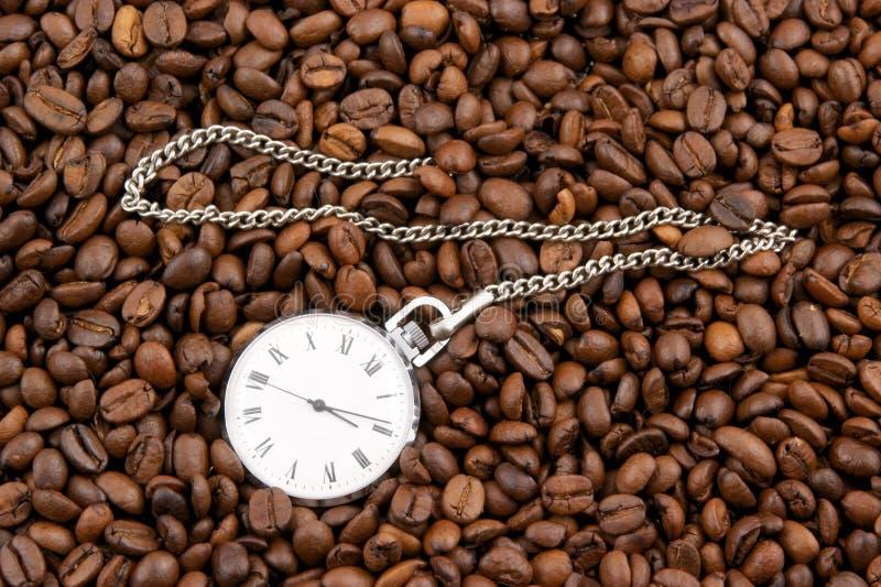 Tempo del caffè, vigilanza sui granuli immagine stock