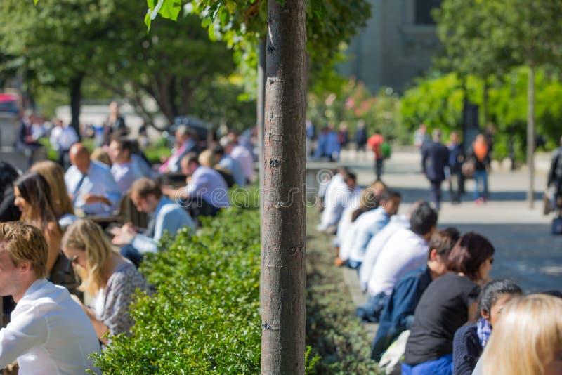 Tempo del pranzo nella città di Londra Impiegati di concetto che hanno un pranzo in parco accanto alla cattedrale di St Paul fotografie stock
