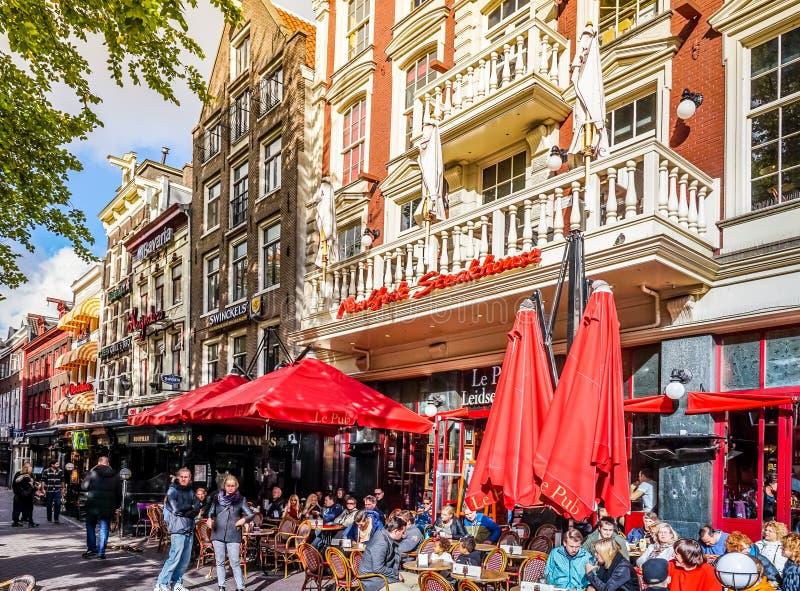 Tempo del pranzo su uno dei molti terrazzi a Leidseplein, nel centro di Amsterdam immagini stock libere da diritti