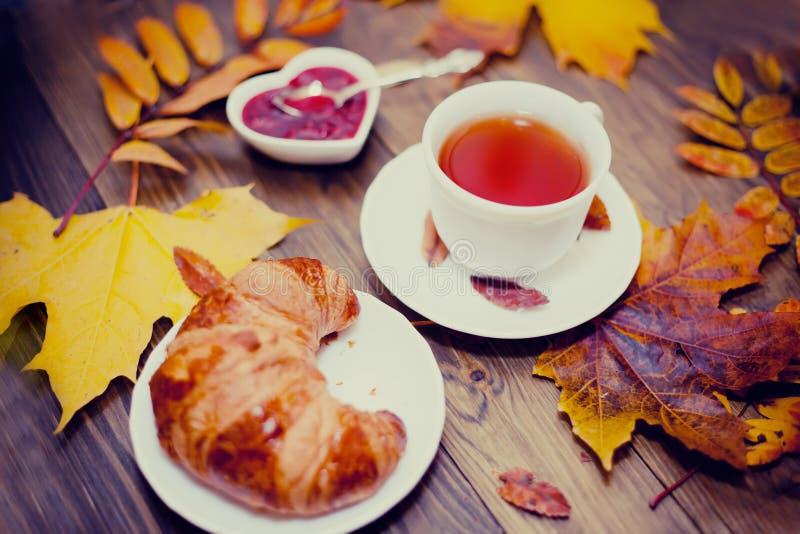Tempo del tè di autunno immagini stock libere da diritti