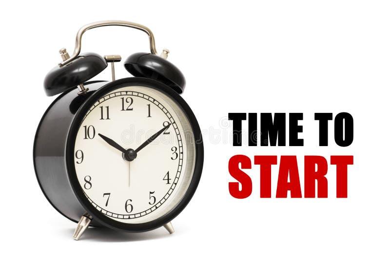 Tempo del testo e della sveglia di iniziare Tempo di iniziare concetto Tempo di iniziare il primo piano dell'orologio di concetto immagini stock libere da diritti