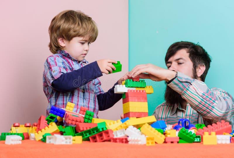 Tempo despreocupado junto construção com construtor colorido Amor Desenvolvimento infantil menino pequeno com o paizinho que joga foto de stock royalty free