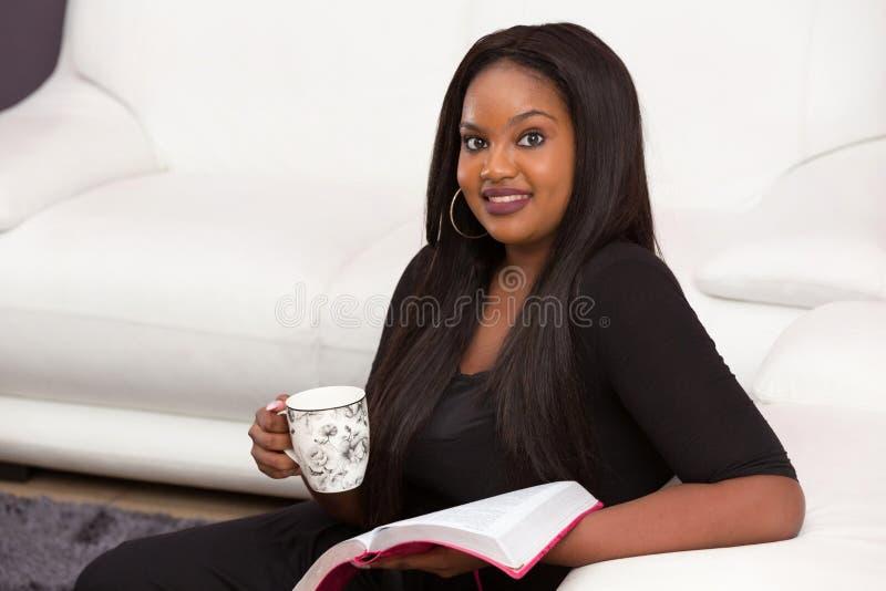 Tempo devocional do estudo feliz da Bíblia imagens de stock royalty free