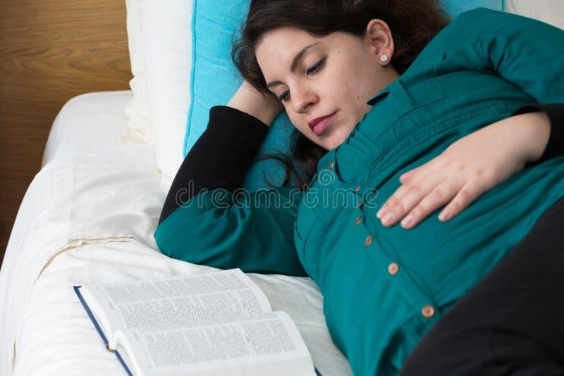 Tempo devocional do estudo grávido da Bíblia da mãe foto de stock