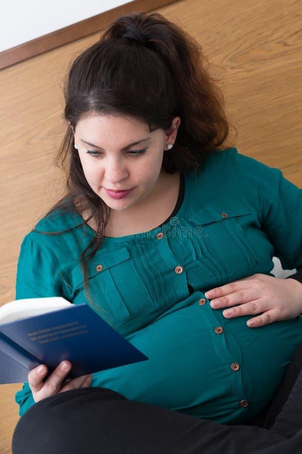 Tempo devocional do estudo grávido da Bíblia da mãe imagem de stock royalty free
