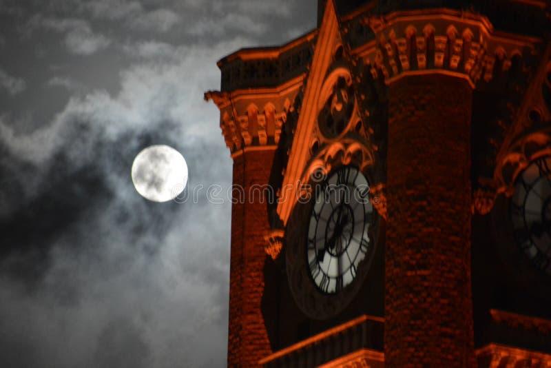 Tempo di conto alla rovescia per moonset fotografie stock