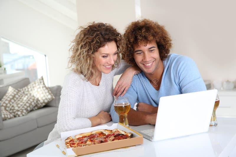 Tempo di divertimento intorno a pizza immagine stock