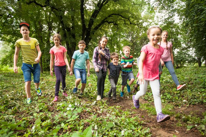 Tempo di divertimento per i bambini nel campeggio estivo fotografie stock libere da diritti