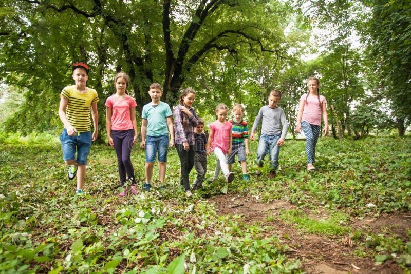 Tempo di divertimento per i bambini nel campeggio estivo fotografia stock libera da diritti