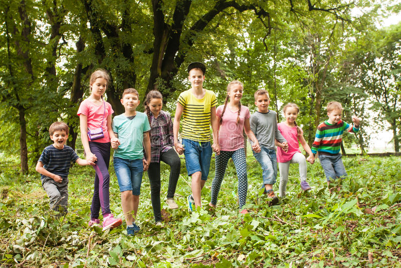 Tempo di divertimento per i bambini nel campeggio estivo fotografie stock