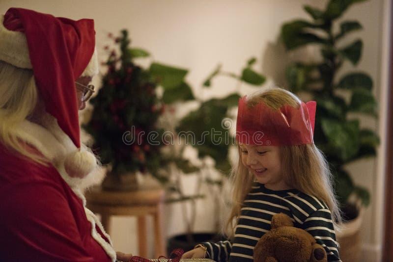 Tempo di felicità di spesa del bambino e del Babbo Natale insieme fotografia stock libera da diritti