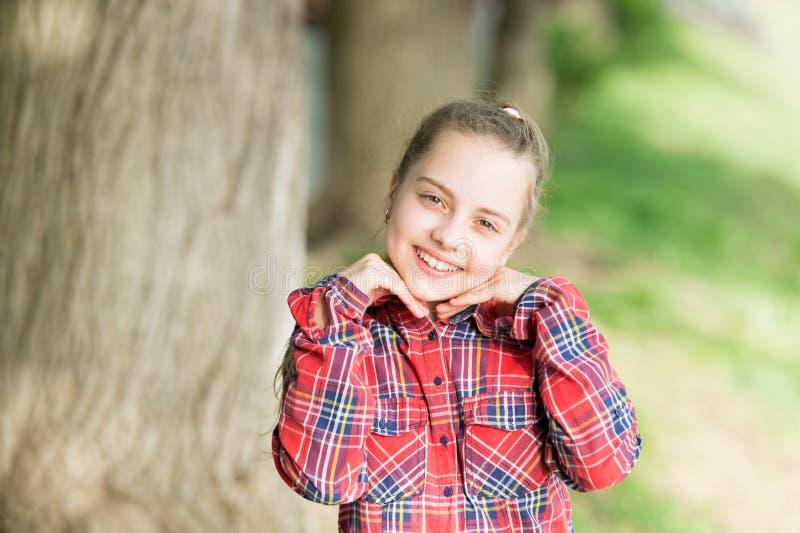 Tempo di fine settimana Bambino spensierato della ragazza Vacanze estive Fondo emozionale della natura del bambino Puericultura I immagini stock libere da diritti
