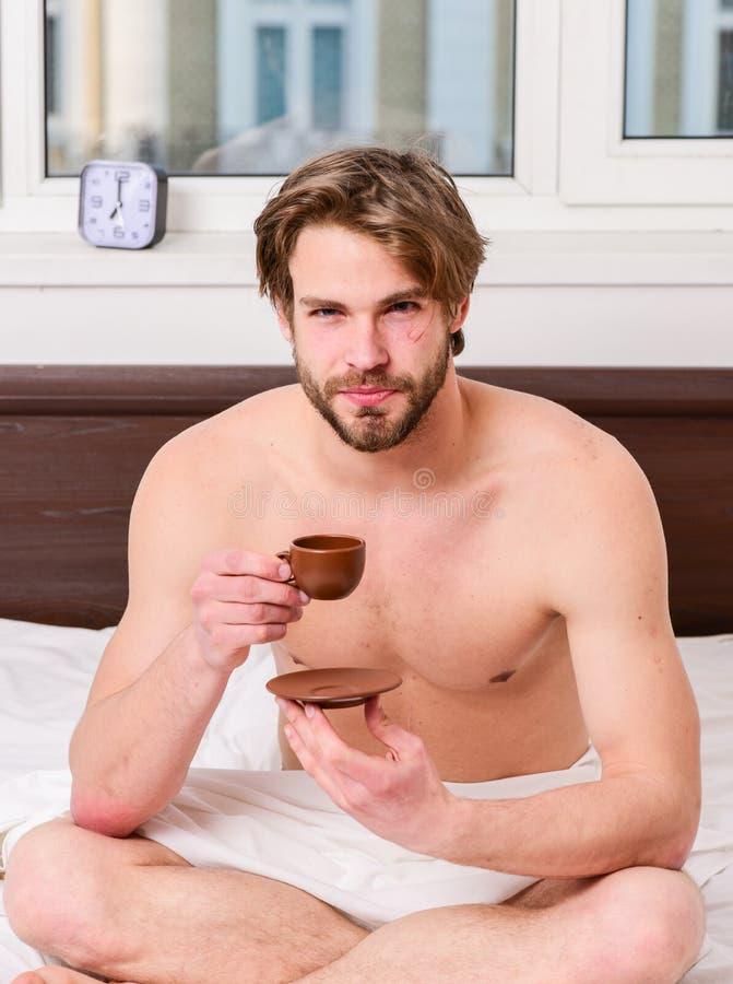 Tempo di meglio di avere vostra tazza di caffè L'uomo dell'aspetto attraente del tipo gode del caffè preparato fresco caldo Prima fotografia stock