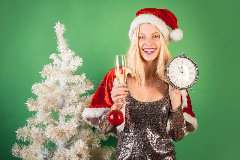 Tempo di natale Giovane donna sveglia con il cappello di Santa Ragazza divertente in costume del Babbo Natale Decorazioni di nata immagine stock