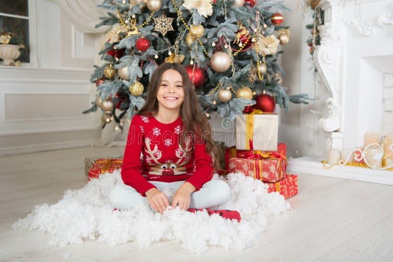 Tempo di natale Nuovo anno nuovo me famiglia Nuovo anno felice la bambina felice celebra la vacanza invernale La mattina prima immagini stock libere da diritti