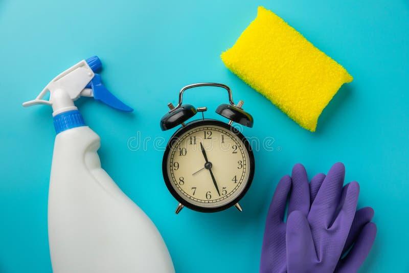 Tempo di pulizia con i prodotti per la pulizia e gli strumenti fotografie stock libere da diritti