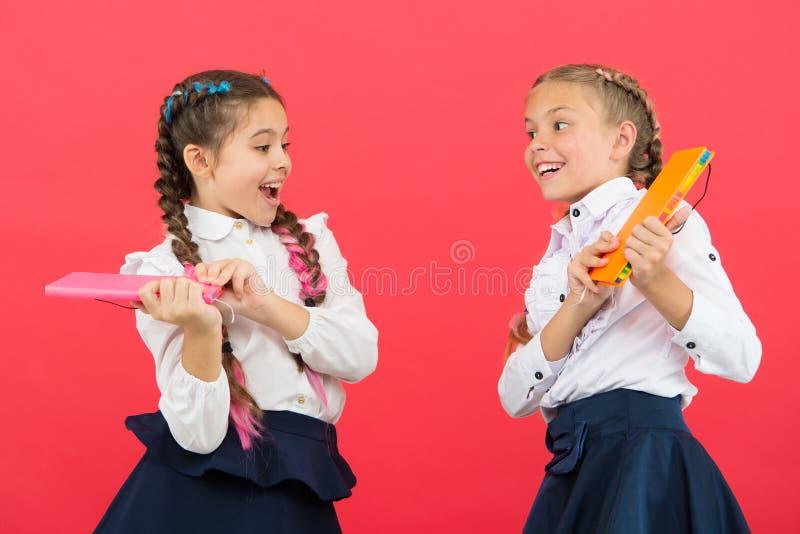 Tempo di raffreddare Umore allegro gioco di bambini allegro allegro sulla rottura della scuola Tempo di distendersi conclusione d fotografia stock