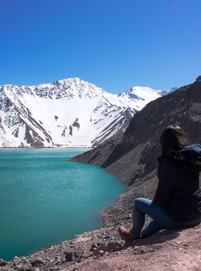 Tempo di rilassarsi e guardare il EL Yeso, Cile di Embalse fotografia stock libera da diritti