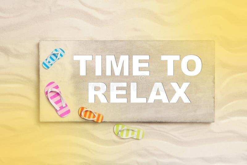 Tempo di rilassarsi: vacanze estive sulla spiaggia con testo per promot immagine stock libera da diritti