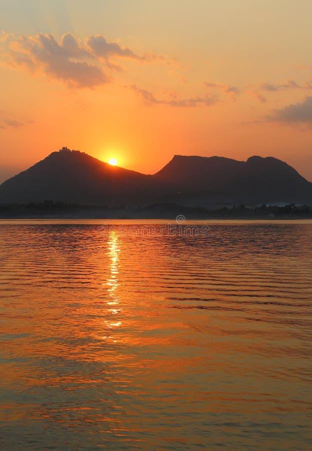 Tempo di tramonto, lago sagar del fateh, udaipur, Ragiastan, India fotografia stock