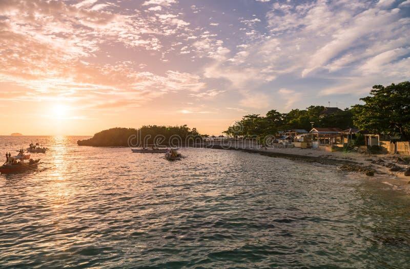 Tempo di tramonto nell'isola di Malapascua Cielo variopinto di tramonto fotografia stock
