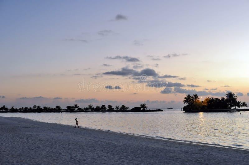 Tempo di tramonto sull'isola di paradiso delle Maldive, ` 2011 di marzo immagini stock libere da diritti