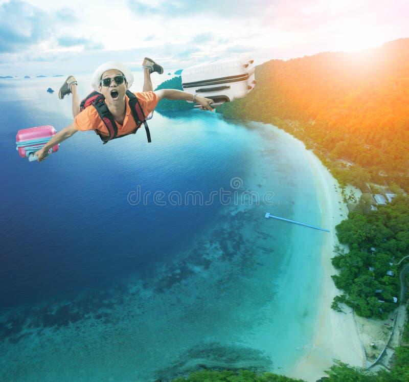 Tempo di vacanza di felicità dell'uomo di volo sopra il bello trave blu del mare immagine stock libera da diritti