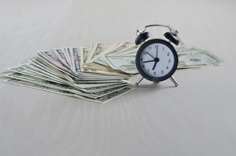 Tempo ? dinheiro o tempo vale o dinheiro O tempo ? mais valioso do que o dinheiro foto de stock