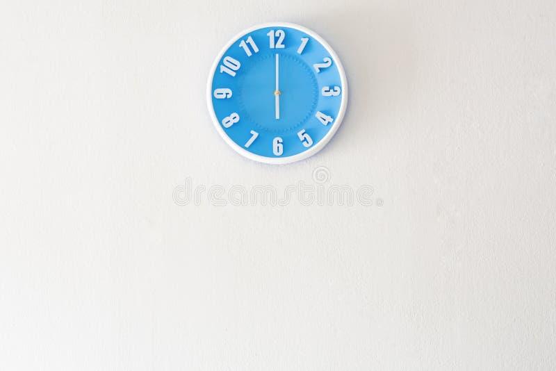 Tempo do bom dia ou da noite com o pulso de disparo do 6:00 no concreto branco w fotografia de stock royalty free