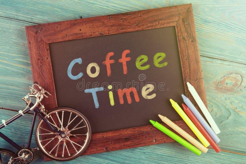 tempo do café escrito dentro no quadro preto fotografia de stock royalty free