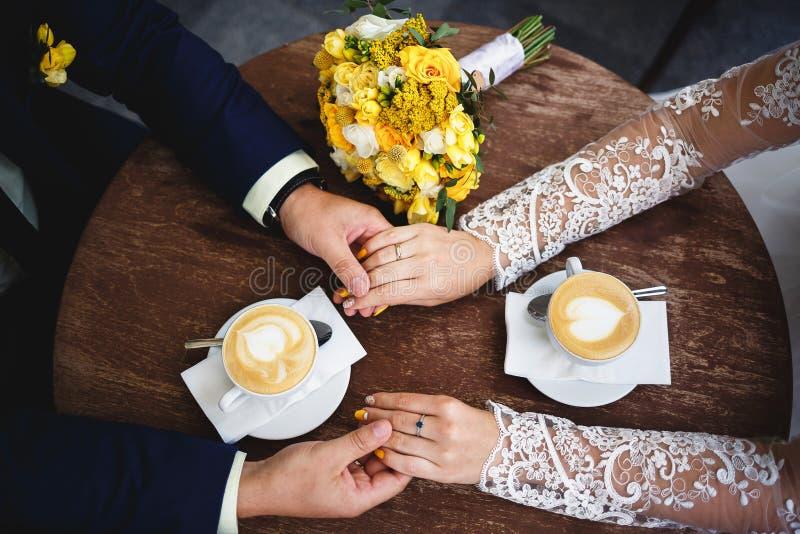 Tempo do café para noivos foto de stock royalty free