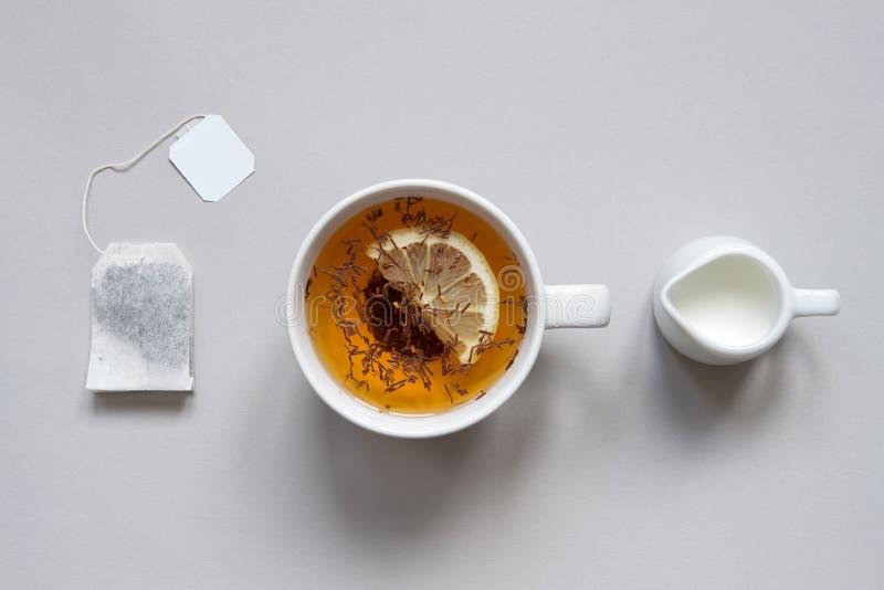 Tempo do chá Copo do chá preto quente no fundo azul, vista superior imagem de stock