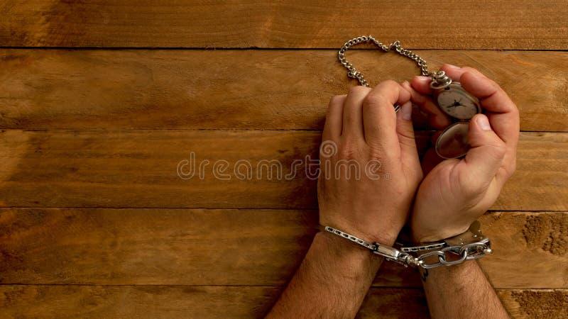 Tempo do conceito travado na cadeia para servir um crime imagens de stock
