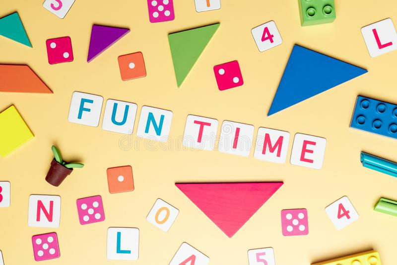 Tempo do divertimento com brinquedo e objetos para o conceito da educação da criança no fundo amarelo fotos de stock